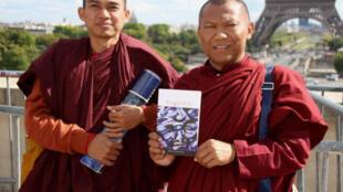 Les moines bouddhistes birmans King Zero et Ashin Kovida, à Paris, fin octobre 2015 pour présenter leur ouvrage : «L'Echo de la raison»