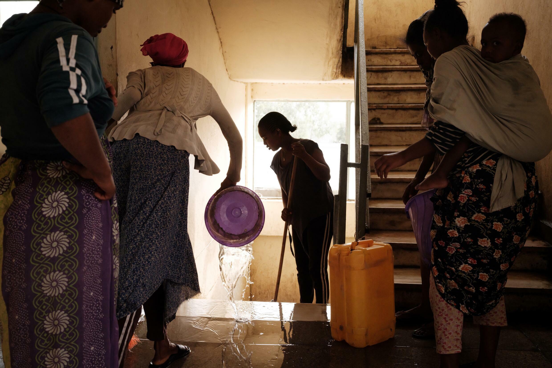 Mujeres desplazadas por la violencia impian un refugio en Mekele, capital de la región etíope de Tigré, el 23 de junio de 2021