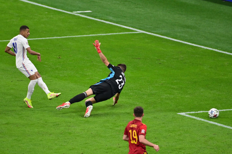 Kylian Mbappé (I) convierte el gol de la victoria 2-1 de Francia sobre España, durante la final de la Liga de Naciones jugada el 10 de octubre de 2021 en Milán