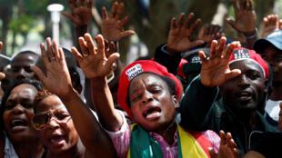 Daruruwan 'yan kasar Zimbabwe, yayin da suke murnar saukar Robert Mugabe, daga shugabancin kasar. 21 ga Nuwamba, 2017.