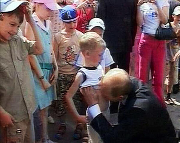 Путин целует мальчика в живот