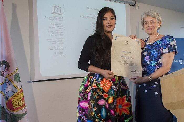 Magaly Solier recibiendo de manos de la Directora General de la UNESCO Irina Bokova  la distinción de Artista por la paz.