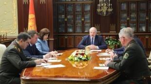 Le président biélorusse (centre) lors d'un conseil de sécurité, mercredi 29 juillet. Alexandre Loukachenko a plusieurs fois accusé le Kremlin de soutenir ses opposants.