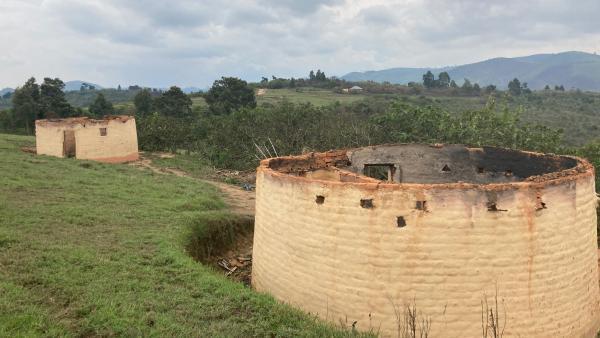 Entre Minembwe et Mikenge, des maisons brûlées. Ce sont des dizaines de milliers d'habitants des hauts plateaux qui en plus d'un an et demi ont été contraints de quitter leurs foyers