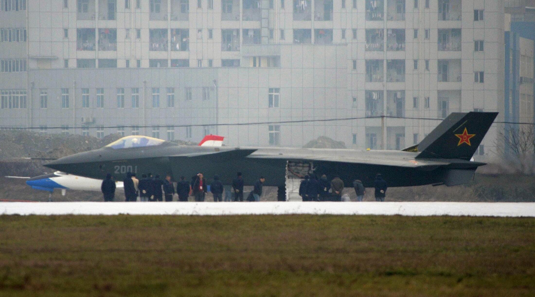 Máy bay chiến đấu tàng hình J-20  xuất hiện hôm 5/01/2001, biểu tượng của quá trình hiện đại hóa quân sự của Trung Quốc