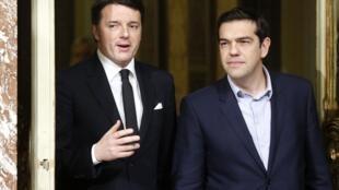 Le Premier ministre italien Matteo Renzi (G) et son homologue grec Alexis Tsipras au palais Chigi, à Rome le 3 février 2015.
