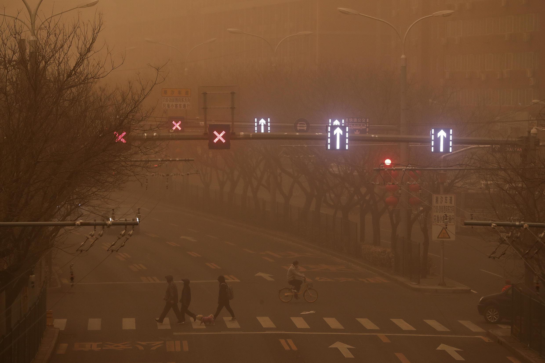 La mayor tormenta de arena en 10 años cubre el cielo de Pekín