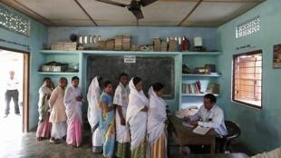 A Índia iniciou hoje a 'maratona' das eleições que vão ser realizadas em nove etapas, entre os dias 7 de abril e 12 de maio. Na foto, fila de mulheres que votam no distrito de Jorhat, noroeste da Índia.