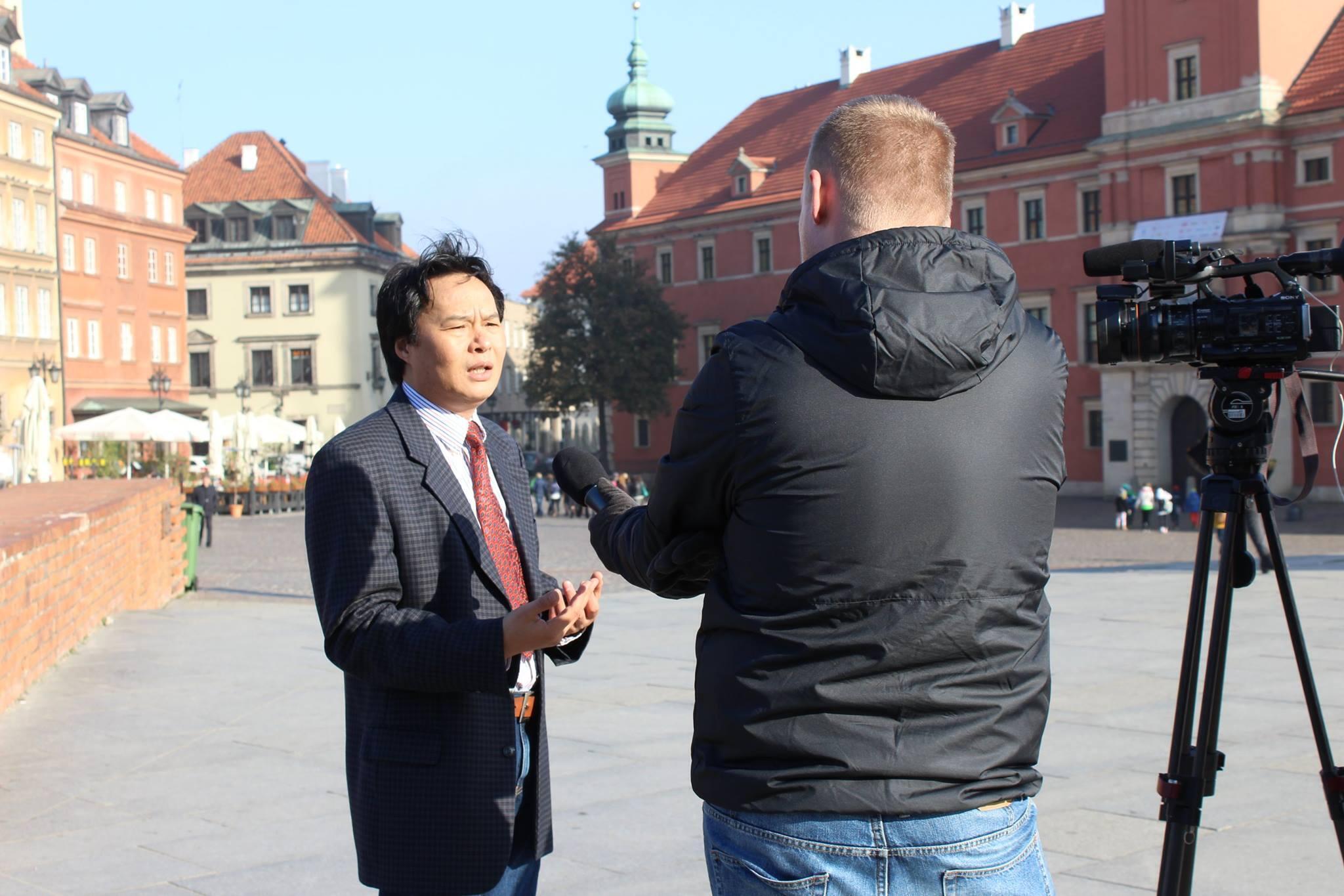 Ứng cử viên Ngô Văn Tưởng đang trả lời phỏng vấn tại Vacxava.