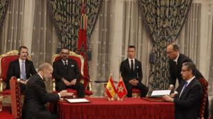 Le roi d'Espagne Felipe VI (arrière-G) et le roi marocain Mohamed VI (arrière-C) président une réunion au cours de laquelle leurs deux pays ont signé 11 accords bilatéraux à Rabat, 13 février 2019.