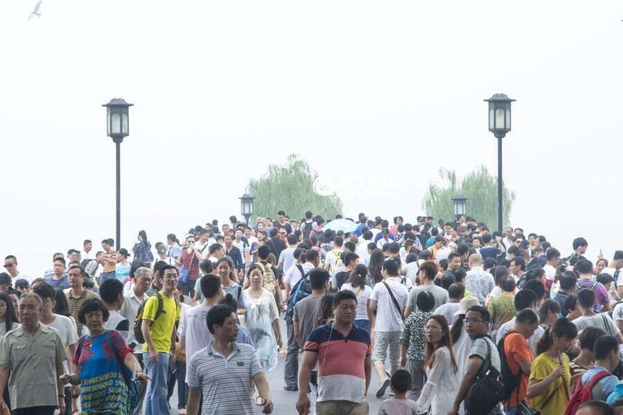 图为杭州2016年9月一个周末西湖爆满游人