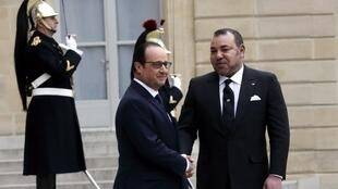 French President François Hollande welcomes Morocco's King Mohammed VI to the Elysée presidential palace in February 2015