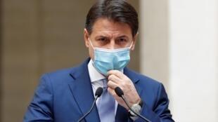 Le Premier ministre italien Giuseppe Conte, annonçant de nouvelles restrictions face au Covid-19 lors d'une conférence de presse à Rome, le 25 octobre 2020.
