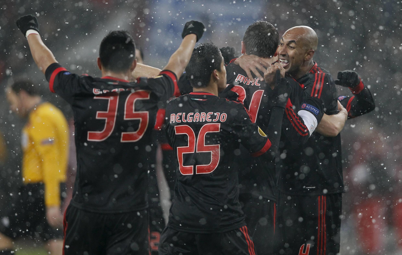 Jogadores do Benfica festejam o golo contra o Bayer Leverkusen, no jogo da primeira mão