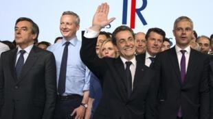 Photo de famille à La Villette, à Paris, le 30 mai 2015, à l'occasion du lancement du parti Les Républicains autour de l'ancien président Sarkozy.