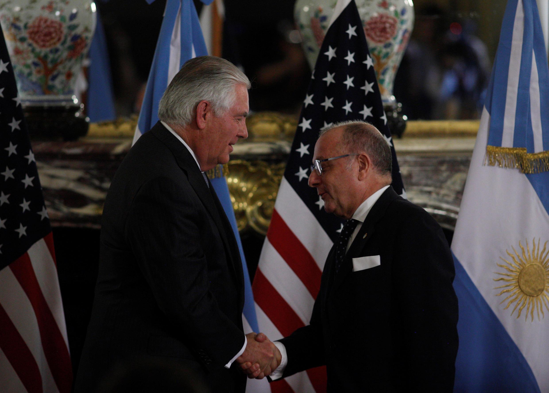 O secretário de Estado dos Estados Unidos, Rex Tillerson, e o ministro de Relações Exteriores da Argentina, Jorge Faurie, neste domingo 04/02 durante coletiva em Buenos Aires.