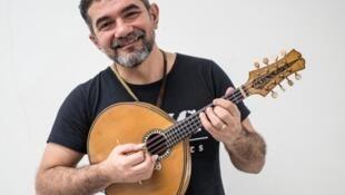 Rosivaldo Cordeiro, músico e multi-instrumentista brasileiro radicado na França, com o famoso instrumento de Jacob do Bandolim.
