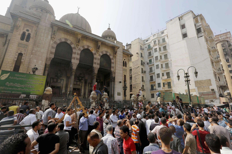 Người biểu tình tụ tập trong một đền thờ Hồi giáo ở thủ đô Cairô trước khi bị an ninh giải tán bằng vũ lực ngày 17/8/2013.
