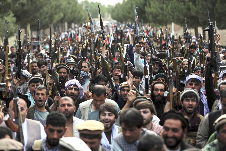 加入阿富汗安防軍隊的喀布爾人拿起武器呼籲全阿富汗武裝加入反塔利班行動。攝於6月23日