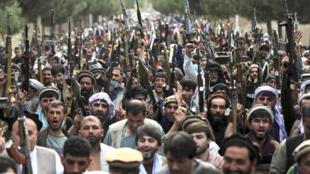 加入阿富汗安防军队的喀布尔人拿起武器呼吁全阿富汗武装加入反塔利班行动。摄于6月23日