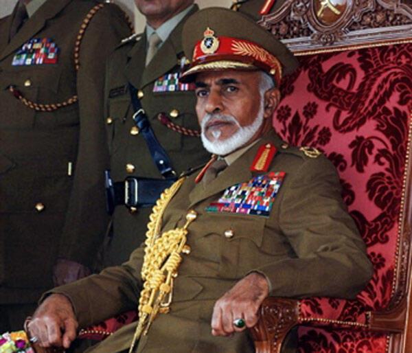 Le sultan d'Oman, Qabous Ben Saîd assiste à une parade militaire à Nazwa, à 120 kms au sud de Mascate lors de la célébration de la 36e fête nationale, le 18 novembre 2006.