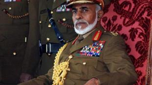Le sultan d'Oman, Qabous ben Saîd assiste à une parade militaire à Nazwa, à 120 kms au sud de Muscat  lors de la célébration de la 36e fête nationale, le 18 novembre 2006.