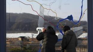Khu phi uân sự ngăn cách hai miền Nam-Bắc Triều Tiên nhìn từ miền nam. Ảnh chụp ngày 01/01/2018.
