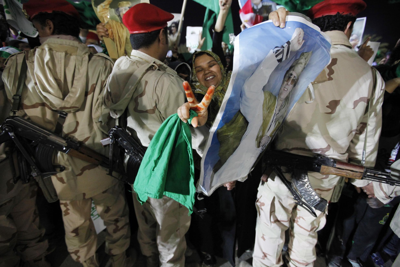 Las milicias pro Kadafi han asegurado que darán batalla. Aquí, una manifestación de apoyo en Bab Al-Aziziyah, suburbio de Trípoli, durant ela madrugada del domingo.