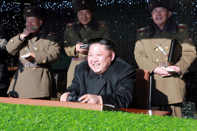 """Lãnh tụ Kim Jong Un chỉ huy cuộc tập trận """"tấn công phủ tổng thống Hàn Quốc"""" ( Ảnh hãng tin Bắc Triều Tiên phát hành ngày 11/12/2016)."""