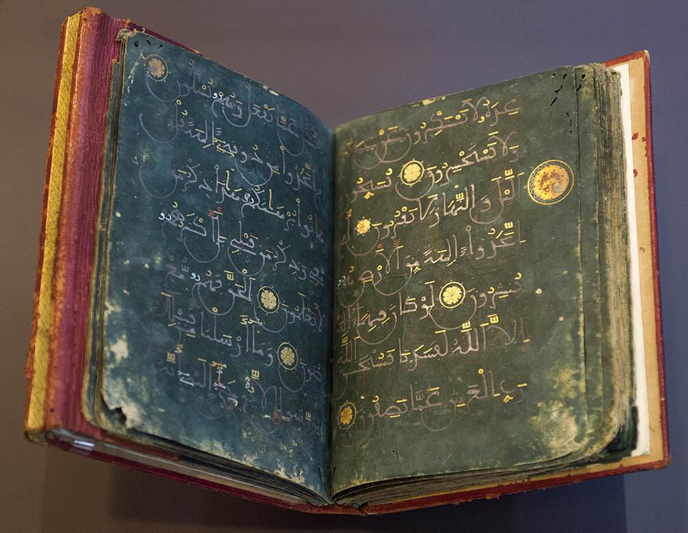 El Corán en papel sedoso teñido de verde y redactado con tinta de oro y de plata.