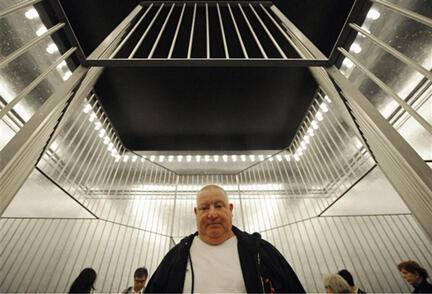 """L'artiste français Claude Lévêque devant son installation """"Le grand soir"""" au pavillon français de la Biennale d'Art de Venise, le 4 juin 2009."""
