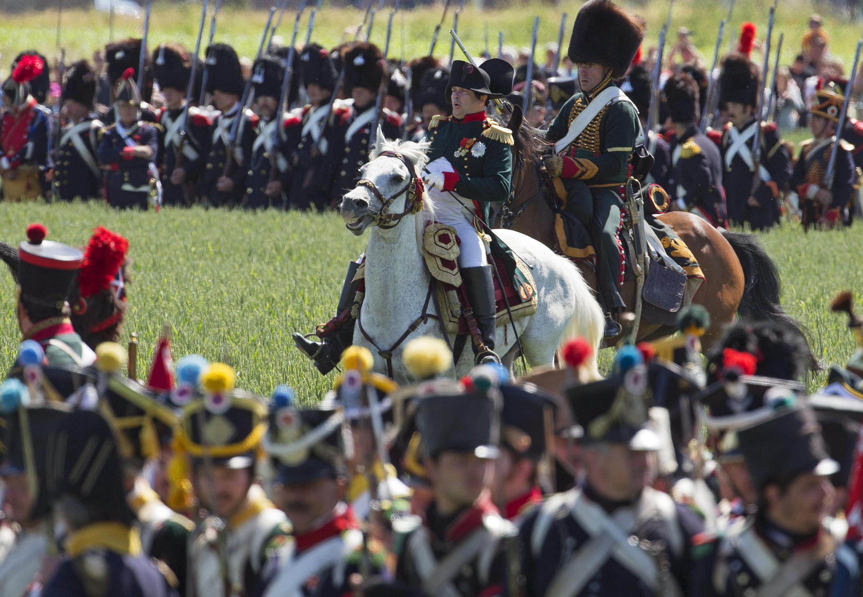 El francés Frank Samson personificó a Napoleón durante la conmemoración del aniversario de la batalla de Waterloo, Ligny, Bélgica, 14 de junio de 2015.