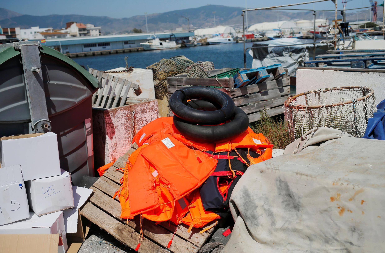 Phao và áo cứu hộ của người nhập cư để lại tại cảng Motril, Tây Ban Nha, ngày 21/06/2018