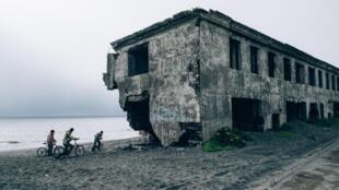 Поселок Октябрьское, здание, разрушенное эрозией.