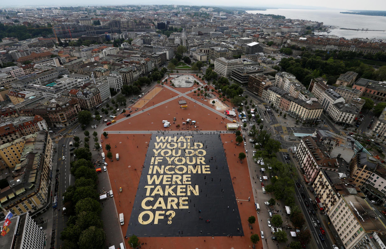 Une affiche de 8 000 mètres carré du comité à l'initiative du revenu de base inconditionnel en plein centre de Genève, le 5 juin 2016 : « Que feriez-vous si votre revenu prenait soin de vous ?»