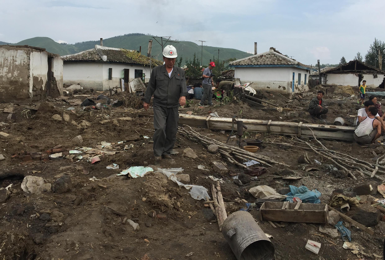 Après de graves inondations, un représentant de la Croix-Rouge examine les dégâts dans la province du Hamgyong du Nord, en Corée du Nord.