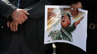 Sinh viên Iran tuần hành phản đối quyết định của tổng thống Mỹ Donald Trump về thỏa thuận hạt nhân Iran. Ảnh chụp ngày 14/10/2017.