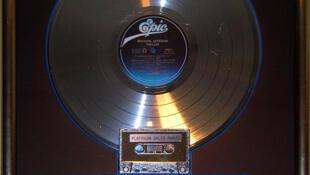 """Đĩa platine cho album """"Thriller"""" được trưng bày tại Hard Rock Café, Hollywood, Universal City, California, Hoa Kỳ."""