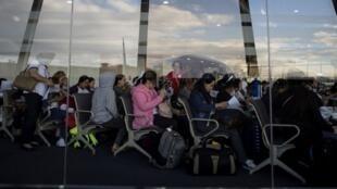 Des travailleuses philippines rentrant du Koweït remplissent des formulaires à l'aéroport de Manille, le 18 février 2018.