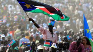 Mmoja wa wananchi wa Sudan Kusini akipepea bendera kwenye sherehe za uhuru wa taifa hilo.