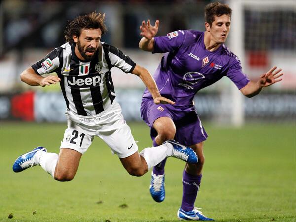 Andrea Pirlo, wa Juventus (g.) na Stevan Jovetic wa Fiorentina (d.),