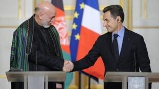 O presidente Nicolas Sarkozy cumprimenta o presidente do Afeganistão, Hamid Karzai, em Paris.