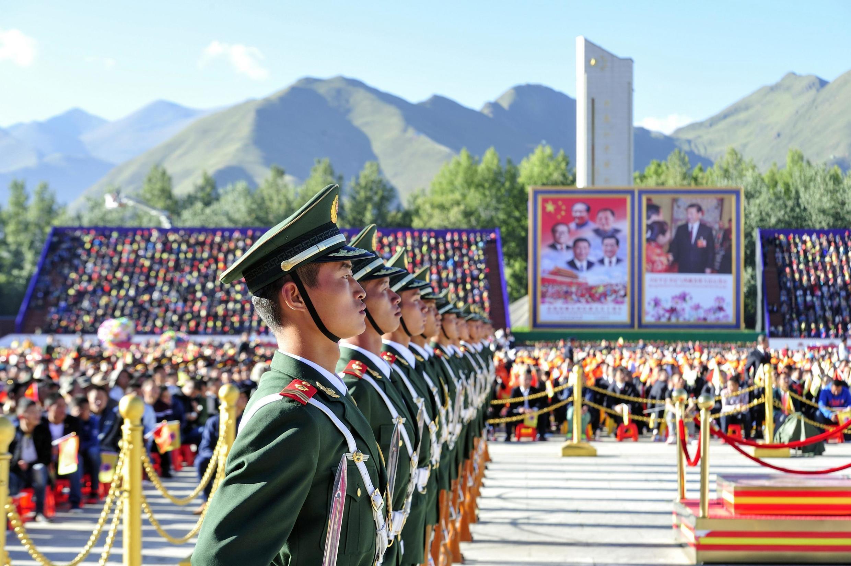 Des militaires chinois participent à une cérémonie à Lhassa, capitale du Tibet, en 2015.