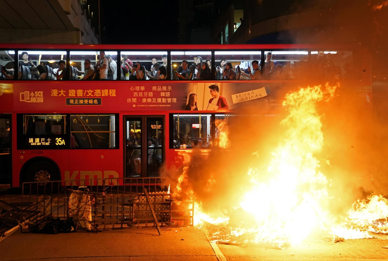 Lửa cháy trước một trụ sở cảnh sát ở khu Mongkok (Vượng Giác) Hồng Kông, ngày 22/09/2019.