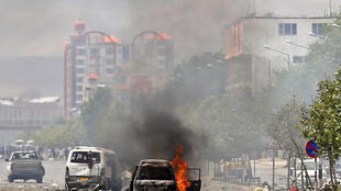 Un vehículo en llamas cerca del parlamento afgano tras el ataque talibán el 22 de junio de 2015.