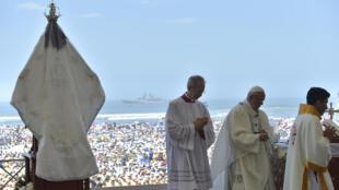 Le pape François devant 200000 personnes sur la plage de Trujillo au Pérou, le 20 janvier 2018.
