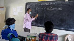Un professeur portant un masque dans un école à Secunderabad en mars 2020 (Image d'illustration).