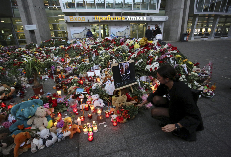 Homenagens às vítimas do acidente com o avião da Metrojet continuam na Rússia, enquanto análises das caixas-pretas prosseguem.