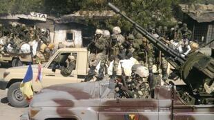 Des éléments de l'armée tchadienne dans les rues de Gambaru, au Nigeria, le 4 février 2015.