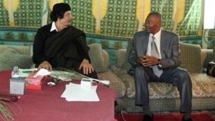 Le leader libyen Mouammar Kadhafi et le président malien Amadou Toumani Touré, à Tripoli, le 24 novembre 2009.